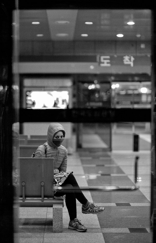 Waiting for the bus in the cold Seoul winter. Leica M 240 with Leica 50mm Noctilux-M ASPH f/0.95. © 2013-2016 Thorsten Overgaard.
