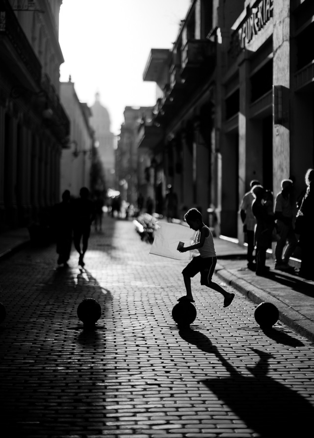 Kids playing in Old Havana, Cuba. Leica M10 with Leica 50mm Noctilux-M ASPH f/0.95. Copyright 2017-2018 Thorsten von Overgaard.