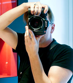 Thorsten Overgaard with the sample Leica S2 in the Leica Mayfair Store in London.