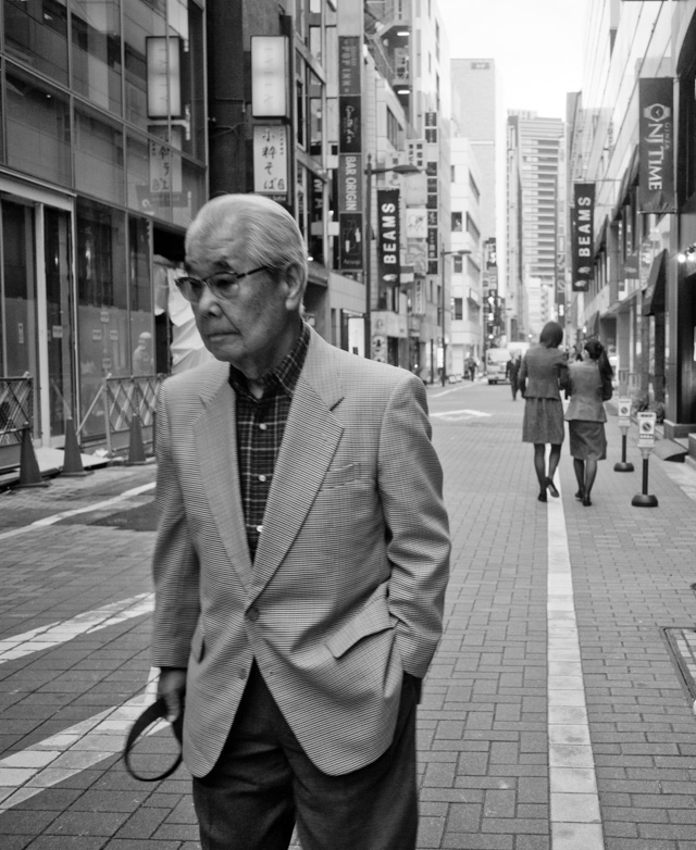 Working with the Leica 28mm Summaron-M f/5.6 in Tokyo. I was surprised that the f/5.6 gave me motion blur, even at 1600 ISO. It's a lens for sunshine days. Leica M-D 262. © 2016 Thorsten Overgaard.