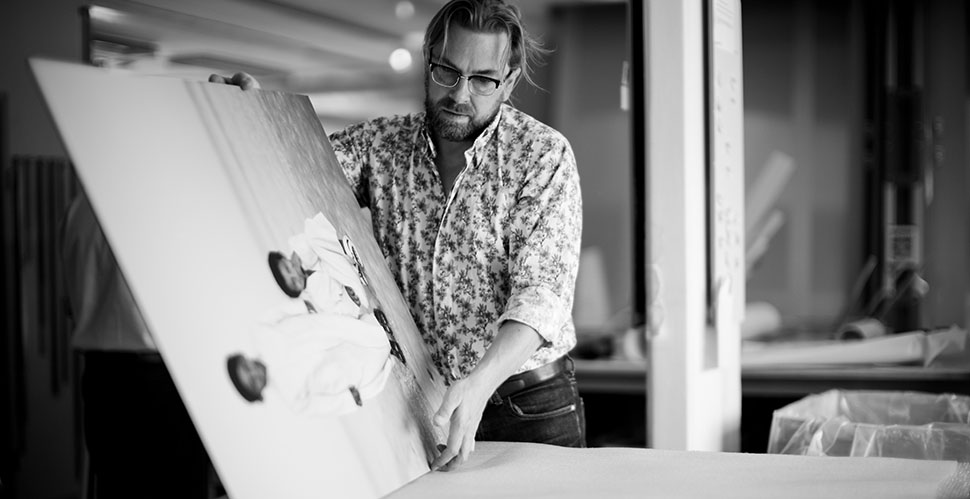 "Thorsten von Overgaard signing the print ""Qatar Boys"" for a collector in Zurich. © 2013-2019 Thorsten Overgaard."