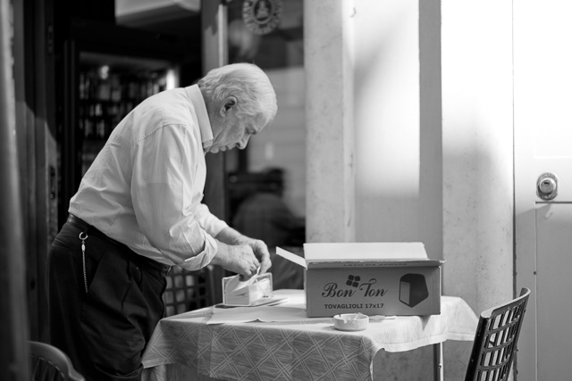 The owner of the small Bar della Vite cafe in Rome is out and about all day. Leica TL2 with Leica 35mm Summilux-TL ASPH f/1.4. © 2017 Thorsten Overgaard.