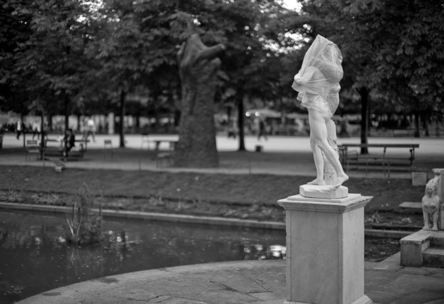 The latest Paris fashion is to dress the staues in plastic. Leica M10 with Leica 50mm Noctilux-M ASPH f/0.95. © 2017 Thorsten Overgaard.