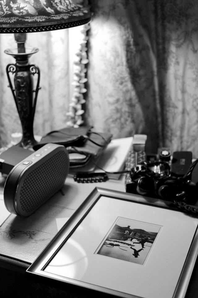 I think I was just testing something with the camea on this one, but I kind of like the atmosphere: My desk in the hotel with my Danish made Dali KATCH bluetooth hifi-speaker, camea and writing parts and my framed Henri Cartier-Bresson print. Leica M10 with Leica 50mm Noctilux-M ASPH f/0.95 FLE. © 2017 Thorsten Overgaard.