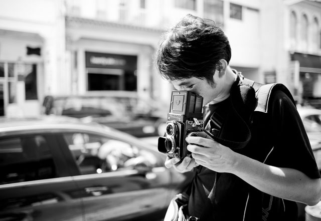 Rolleiflex in the streets of Singapore. Leica M 240 with Leica 28mm Summilux-M ASPH f/1.4. © 2016 Thorsten Overgaard.