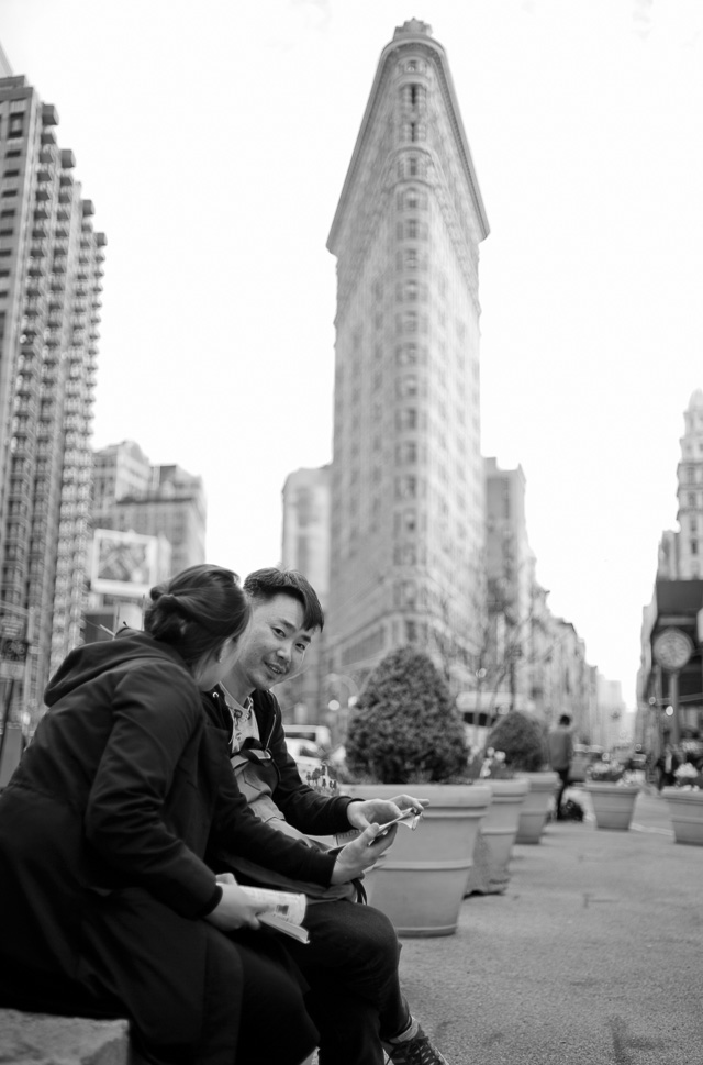 Reviewing the iPhone photos of the Flat Iron Building. Leica M 240 with Leica 35mm Summilux-M ASPHERICAL f/1.4 AA. © 2016 Thorsetn Overgaard.