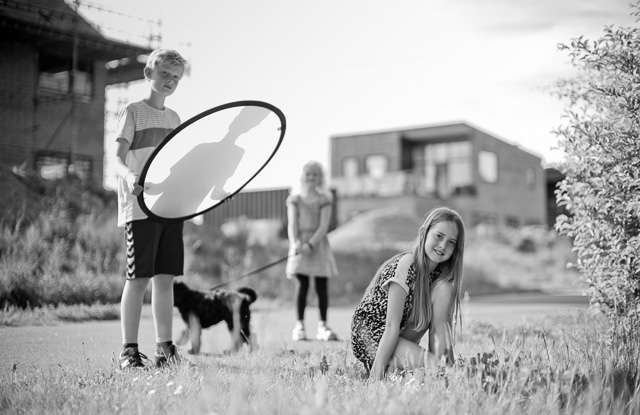 Brothers and sisters helping out on photoraping the whole family. Denmark. Leica M 240 with Leica 50mm Noctilux-M ASPH f/0.95. © 2016 Thorsten Overgaard.