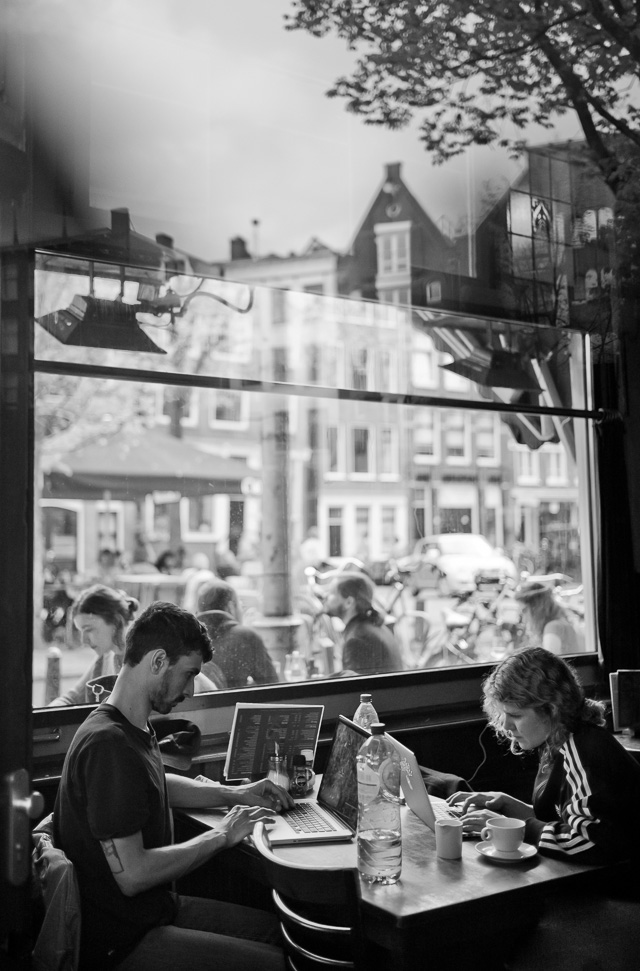 You need a good computer for editing digital photos. Amsterdam cafe. © 2018 Thorsten von Overgaard.