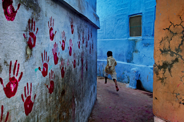 "The cover of the book ""Steve McCurry - The Unguarded Moment"" from PHAIDON, ""Boy in mid-flight (2007), Jodhpur, India"". © 2007-2015 Steve McCurry."